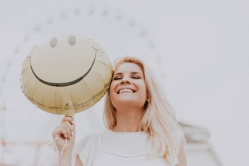 Smiling balloon senior portrait