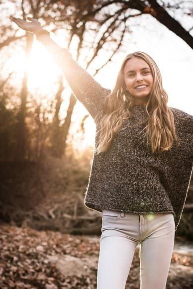 Girls senior picture idea in the sun
